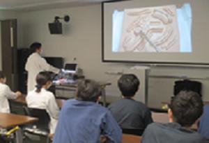腹腔鏡下縫合術 豊川医学講の様子